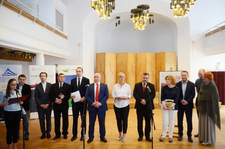 Konferencja prasowa w sprawie obchodów rocznicy Wydarzeń Zielonogórskich - członkowie komitetu organizacyjnego obchodów przed rozmową z dziennikarzami.