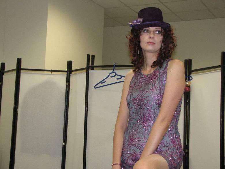 Magda Skubisz na zapleczu przygotowuje się do występów.