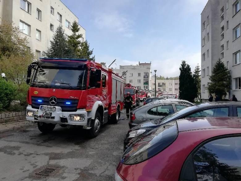 Pożar mieszkania w Gdyni Karwiny w sobotę, 11 maja. Pożar wybuchł w godzinach porannych, ewakuowano 30 mieszkańców