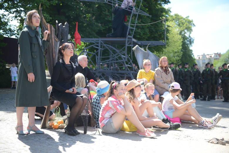 """W niedzielę, 28 maja, mieszkańcy miasta mogli zobaczyć widowisko plenerowe """"Ulice wolności"""", przygotowane przez Lubuski Teatr. Spektakl przedstawiono w 57. rocznicę Wydarzeń Zielonogórskich."""