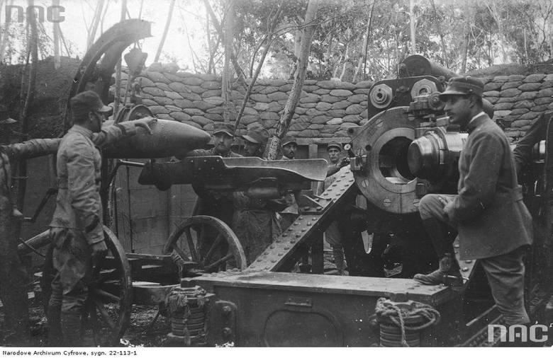 Żołnierze włoscy ładujący amunicję do działa, między 1914 a 1918.