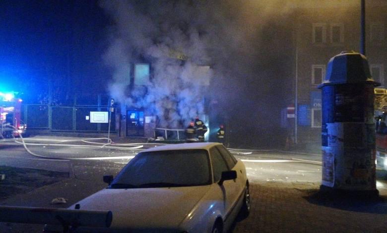 Po przybyciu strażaków na miejsce okazało się, że płoną pomieszczenia pizzerii, która znajduje się w piwnicy kamienicy.
