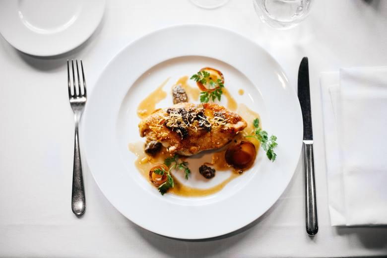 1. Mniejsza porcjaPrzyjmij zasadę, że nakładasz najwyżej połowę zwykłej porcji. Nie musisz jeść pełnego po brzegi talerza żurku i dwóch kawałków białej