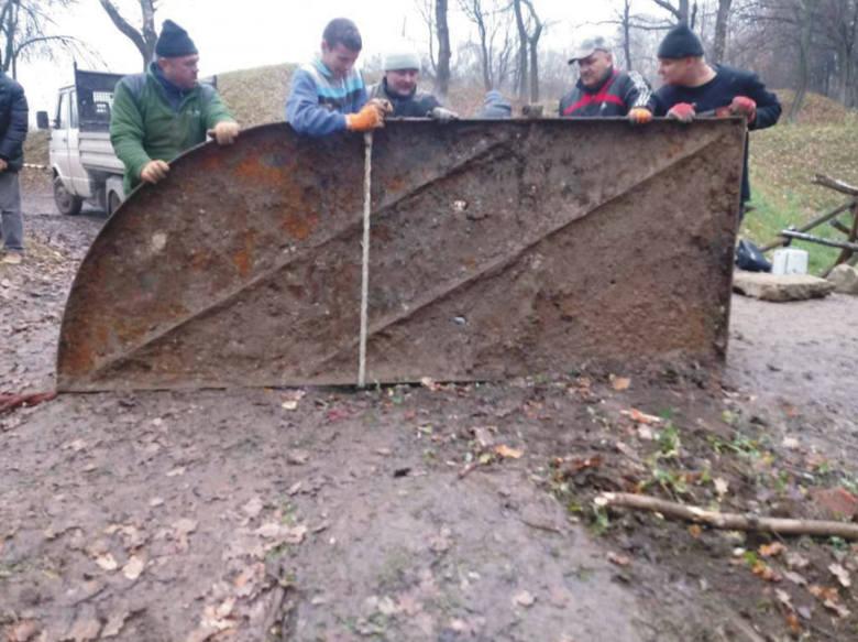 Po kilku dniach pracy kilkuosobowej ekipy udało się wydobyć na powierzchnię stalowe drzwi bramy fortecznej Fortu I Salis Soglio.Odkryto również kanał