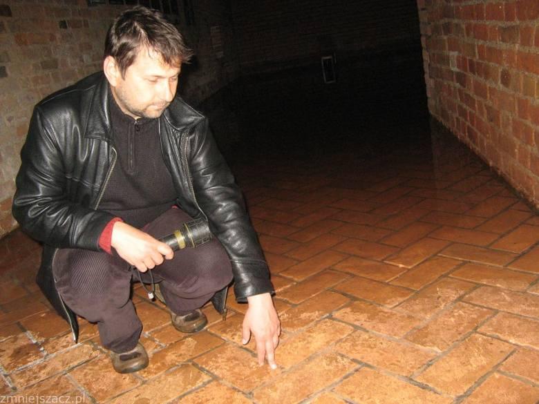 - Woda wdarła się do dwóch wyremontowanych wcześniej pomieszczeń, w których odbywały się między innymi wystawy - mówi szef Muzeum Twierdzy Sławomir
