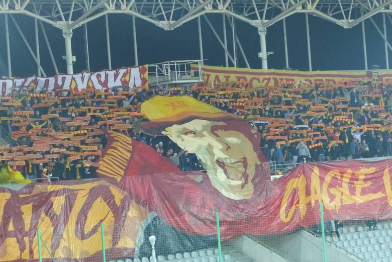 Kibice Korony Kielce podczas meczu ekstraklasy z Lechem Poznań zaprezentowali oprawę - Fanatycy ciągle w szale. Zapraszamy do obejrzenia galerii zdjęć