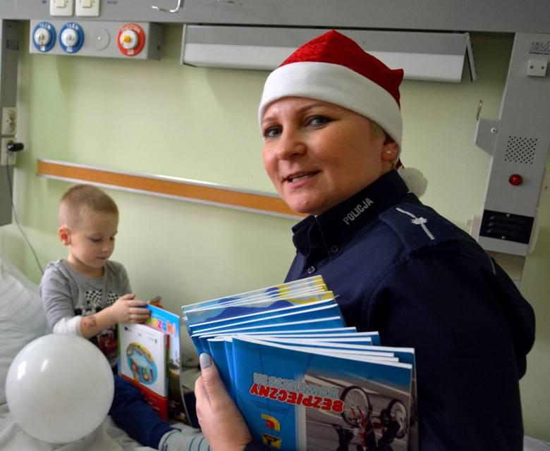 Policjanci Wydziału Prewencji Komendy Wojewódzkiej Policji w Opolu zorganizowali mikołajki dla chorych dzieci.
