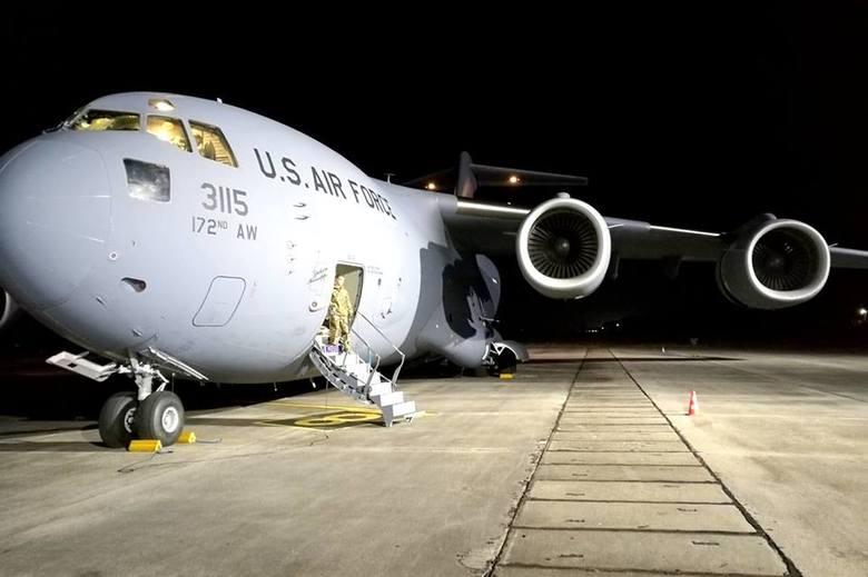 W nocy z poniedziałku na wtorek (27-28 lutego) na lotnisku w Babimoście wylądował jeden z największych samolotów transportowych na świecie. Boeing C-17