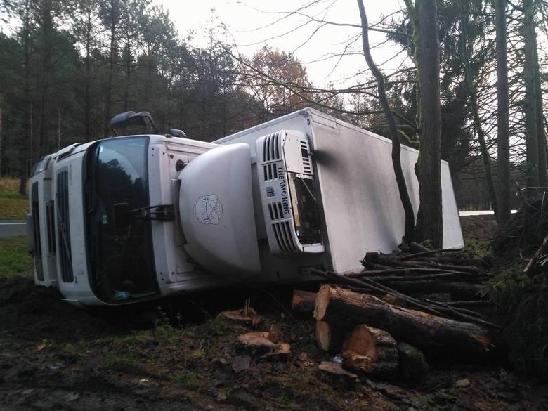 W nocy do wypadku doszło na krajowej drodze 11 między Koszalinem a Bobolicami. Kierujący samochodem ciężarowym zjechał z drogi, na poboczu przewrócił