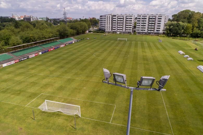 Stadion Garbarni Ul. Rydlówka 23, KrakówPojemność: 963 widzów. Obiekt powstał w 1990 roku, renowację przeszedł w latach 2013-2016, a wkrótce ruszy budowa