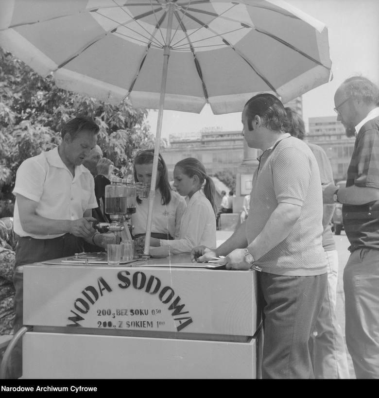 W PRL saturatory do wytwarzani wody sodowej, na wózkach z daszkiem lub parasolką, można było zobaczyć w wielu polskich miastach