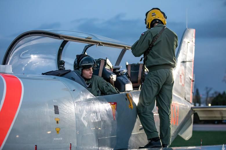 Piloci z Radomia prowadzą szkolenie podchorążych Lotniczej Akademii Wojskowej w Dęblinie. Młodzi adepci lotnictwa uczą się latać samolotem PZL-130 Orlik.