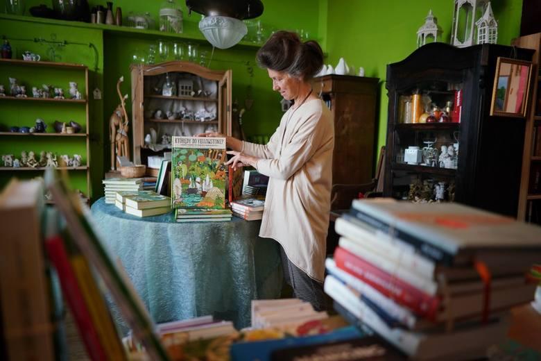 """Księgarnia """"z Bajki"""" powstała w 1991 r. na os. Wichrowe Wzgórze na poznańskich Winogradach. Kilka lat później jej założycielka i właścicielka Krystyna Adamczak otworzyła filię na os. Przyjaźni. Przez lata księgarnia propagowała czytelnictwo, zwłaszcza wśród najmłodszych poznaniaków, organizując..."""