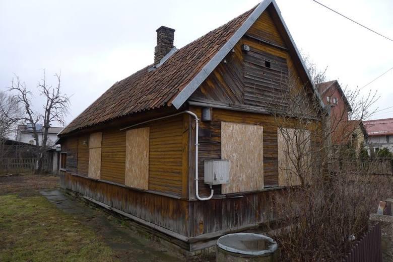 50 tysięcy złotych to cena wywoławcza nieruchomości przy ul. Baranowickiej 71 w Białymstoku. Znajdują się na niej trzy drewniane budynki, z czego jeden