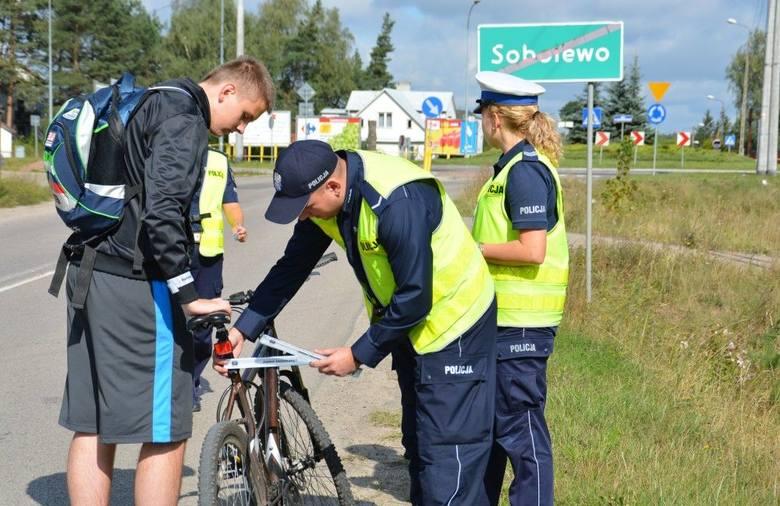 Policja rozdaje odblaski. Obowiązek noszenia elementów odblaskowych (zdjęcia)