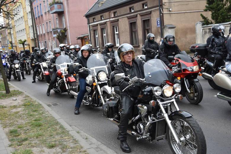 """Imponująco wyglądał przejazd """"Nadnoteckich Sokołów"""" przez Nakło. Fani motocykli rozpoczęli sezon w miniony weekend.Z placu przy Cukrowni"""
