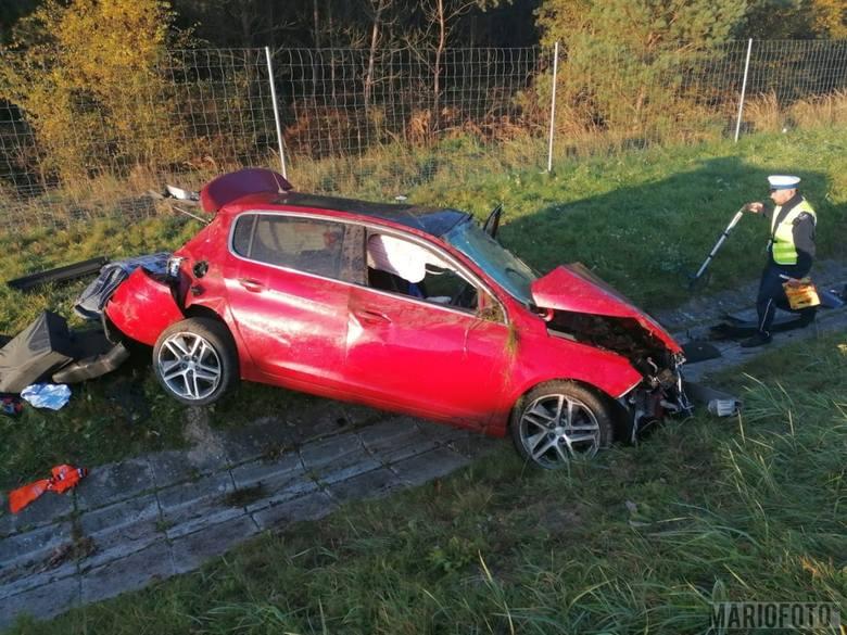 Do wypadku doszło w niedzielę o godz. 7.12, gdzie na 233 km autostrady samochód osobowy wypadł z drogi. Służby są na miejscu.