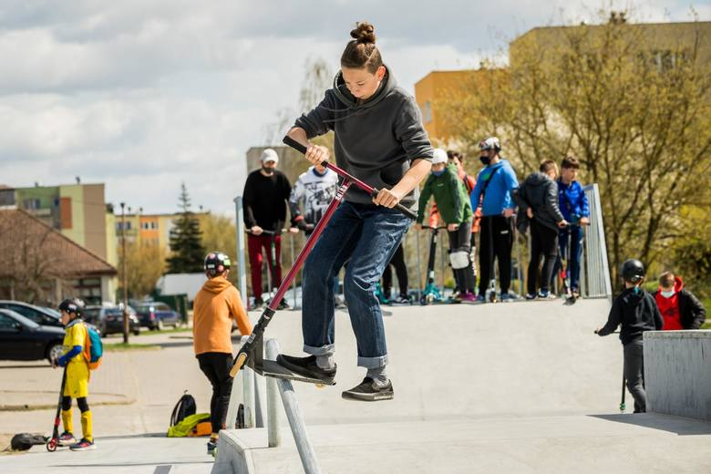 """Młodzież na nowo wybudowanym skateparku w Nowym Fordonie w Bydgoszczy """"testuje"""" przeszkody i poręcze, których pokonywanie na łyżworolkach, deskorolkach,"""