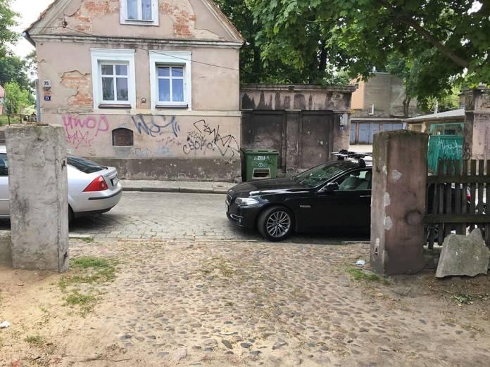 – Właśnie chciałem wyjechać ze swojego podwórka, ale nie mam jak – napisał do nas autor zdjęć, mieszkaniec z Placu Matejki w Zielonej Górze.Mistrz parkowania