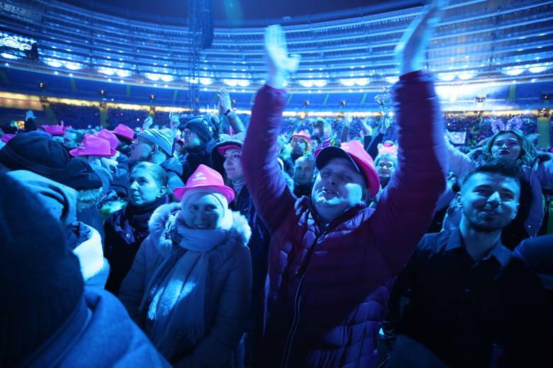 Sylwestrowa Moc Przebojów. Publicznośc bawi się na wielkiej imprezie organizowanej przez telewizję Polsat na Stadionie Śląskim