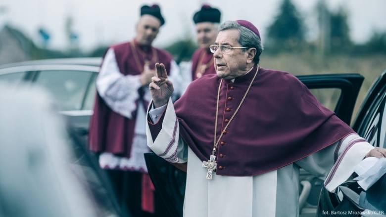 Podczas konferencji prasowej z udziałem kurialistów padają nazwy miejscowości, w których dochodziło do skandali pedofilskich z udziałem duchownych. Smarzowski