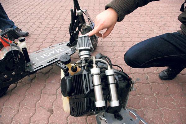 Silniki zamontowano pomiędzy deską a tylnym kołem hulajnogi.