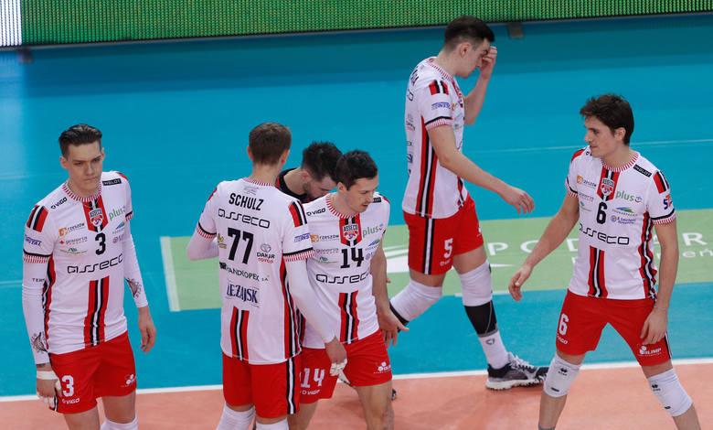 Siatkarze Asseco Resovii w meczu 9. kolejki PlusLigi przegrali w hali na Podpromiu z Jastrzębskim Węglem 0:3. Goście dominowali na boisku, demonstrując