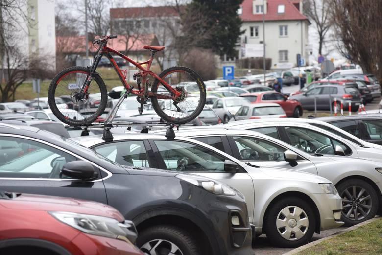 """Zielona Góra. Niepełnosprawni mieszkańcy wkurzeni na nowe zasady parkowania. """"To absurd!"""""""