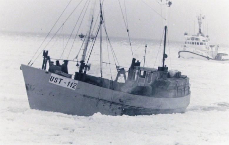"""Wchodzenie do zalodzonego portu Ustka w asyście statku ratowniczego """"Sztorm""""."""