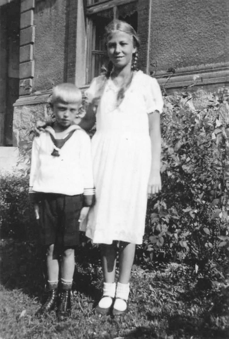 Heinz Piontek z siostrą Ilse przed domem w Kluczborku. Zdjęcie z 1932 roku.
