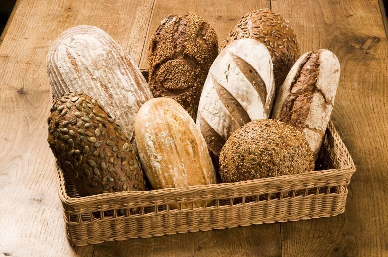 W diecie bogatoresztkowej około połowa dziennej dawki błonnika pochodzi z pełnoziarnistych produktów zbożowych, m.in. pieczywa