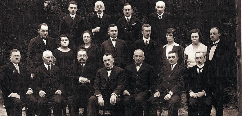 Władze i elita intelektualna miasta Złoczowa, rok 1923. Od lewej siedzą: Jasiński, Klemens Postawa - wiceburmistrz, dr Józef Gold - były burmistrz Złoczowa, Struziński - starosta, dr Kazimierz Moszyński - burmistrz Złoczowa, Raszewski (?) - sędzia i Kusy. W drugim rzędzie pierwszy z prawej - dr...