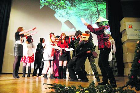Studenci uczący się w Łodzi języka polskiego wystawili przedstawienie o Czerwonym Kapturku.