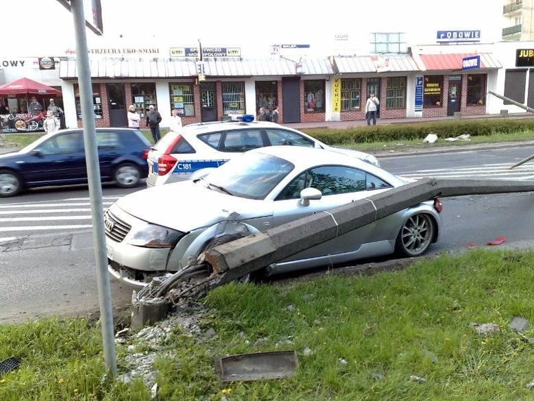 Bydgoszcz. Samochód uderzył w uliczną latarnię; złamał ją [wideo]