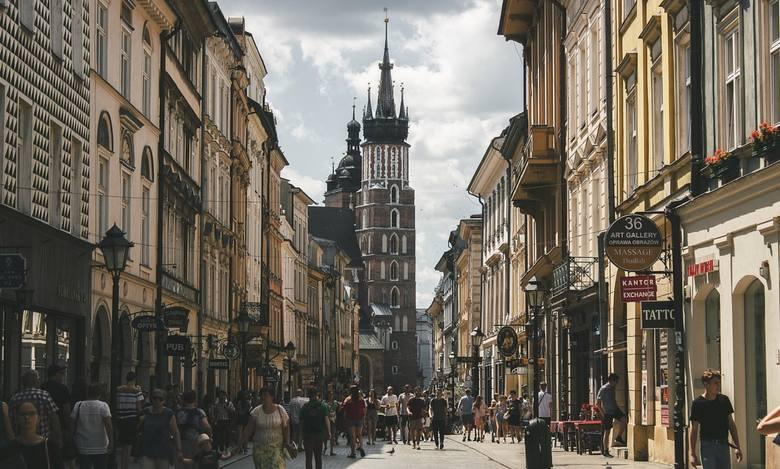 Odpowiedzialna za cyfryzację Polski agenda rządowa zapowiada wprowadzenie aplikacji na smartfony dla zaszczepionych na COVID-19, by mogli oni bez przeszkód