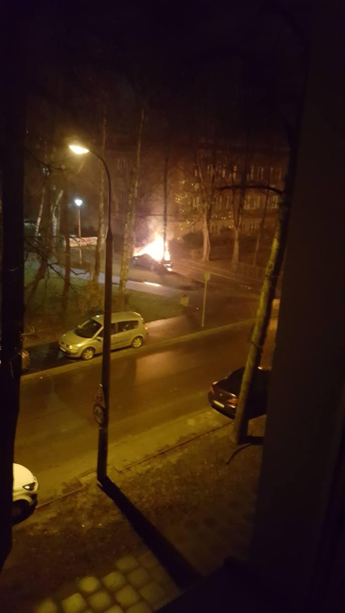 Kraków. Pożar samochodu na osiedlu Willowym w Nowej Hucie