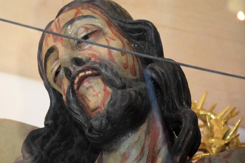 Figura przedstawia Pana Jezusa zaraz po skonaniu. Oczy przymknięte, usta jeszcze otwarte... Całe ciało jest bardzo udręczone.