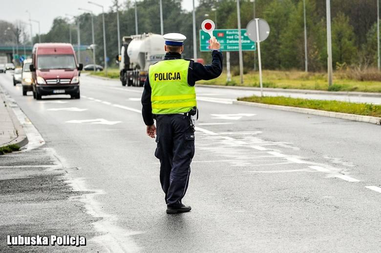 """Lubuscy policjanci ruchu drogowego wspierani przez funkcjonariuszy innych wydziałów włączyli się w ogólnopolską akcję """"Znicz"""". Akcja rozpoczęła sie w"""