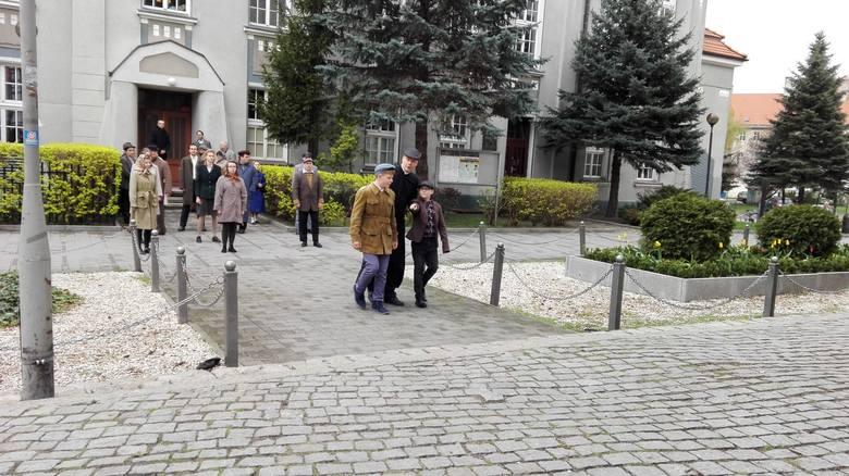 Jedna z najbardziej symbolicznych scen z Domu Katolickiego. <br /> Duchowny wyprowadza dzieci, które brały udział w lekcji religii. Statystami w tym ujęciu są Tymek Widenka i Tymek Jarosz.<br />