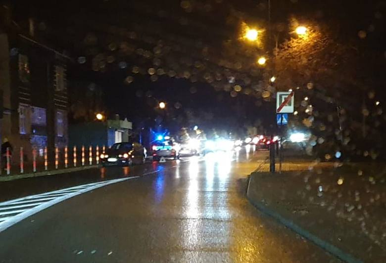 Do potrącenia pieszej doszło w poniedziałek, 2 grudnia, na przejściu dla pieszych przy ul. Podgórnej na wysokości urzędu miasta.Kierujący bmw 81-latek