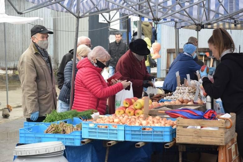 We wtorek 30 marca, na kieleckich bazarach było wielu kupujących. Nieco spadły ceny pomidorów i ogórków - nadal za ładny towar trzeba sporo zapłacić,