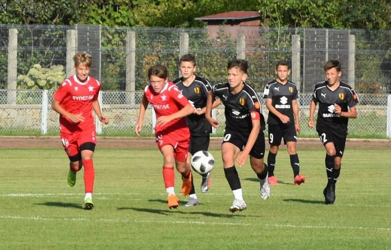 W meczu na szczycie w Centralnej Lidze Juniorów do 15 lat piłkarze KKP Korona Kielce zremisowali z liderem Wisłą Kraków 1:1 (0:1). Wyrównującą bramkę