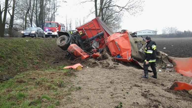 Między Hanuszowem a Strobicami ciężarówka zjechała nagle na lewy pas jezdni, zderzając się z trzema samochodami osobowymi, a potem wpadła do rowu i przewróciła