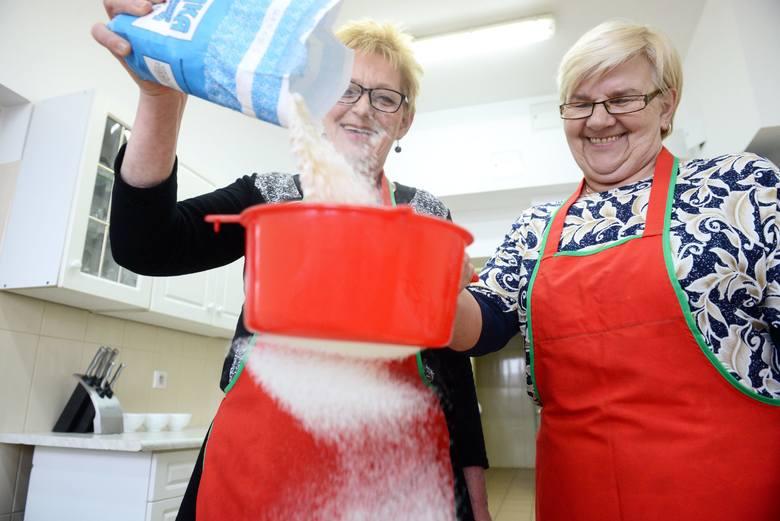 Podstawą dobrego ciasta na makaron jest mąka. A tę, jak podkreślają panie: Elżbieta i Danuta, trzeba najpierw przesiać.