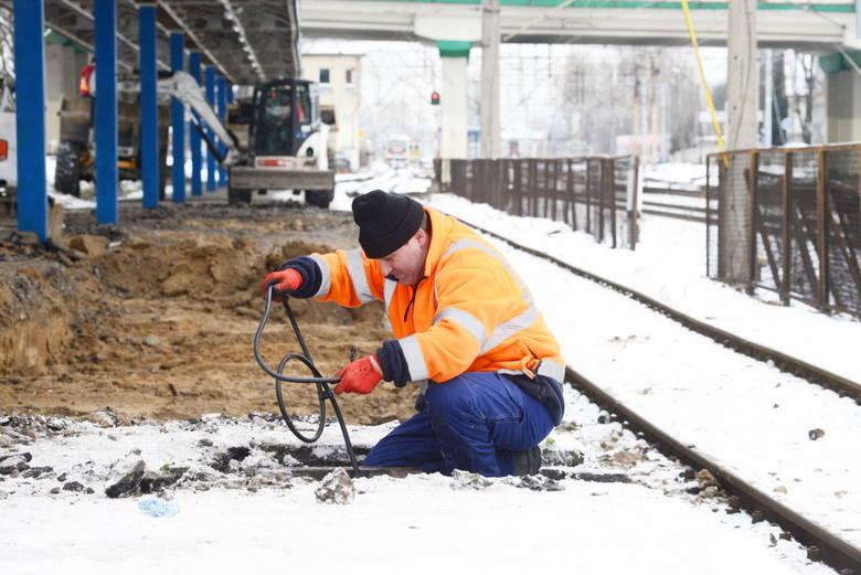 Trwają prace przy modernizacji sieci sterowniczej. Roman Piwowarski zakłada kabel urządzenia sterowania ruchem.