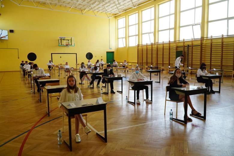 Jak  poszło uczniom z egzaminem z języka polskiego? Jakie były zadania i jak powinny wyglądać rozwiązania? Na kolejnych zdjęciach znajdziecie arkusz