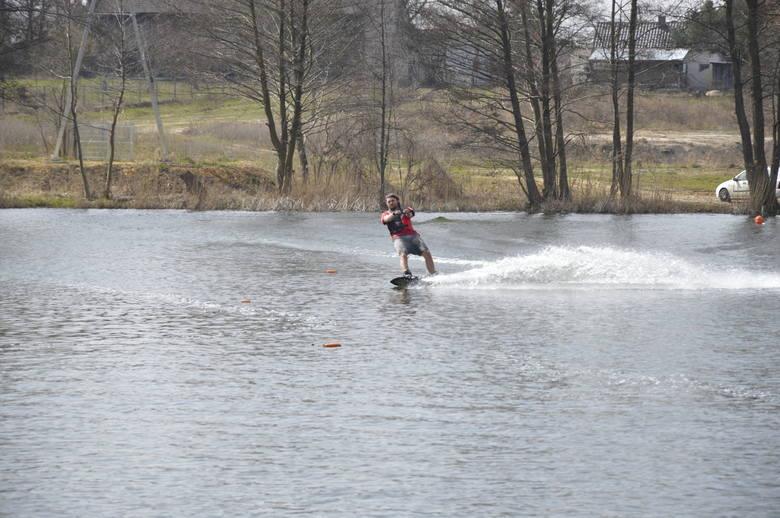 Czym jest wakeboarding? To trochę jak znana z gór jazda na desce snowboardowej. Tylko nie jeździ się po śniegu, a po wodzie. Można też sobie zadanie