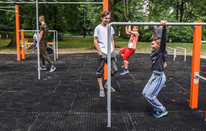 Na Wilczaku i Jarach powstał nowy Plac do Street WorkOut'u. Jak widać, chętnych do ćwiczeń nie brakuje.<br />