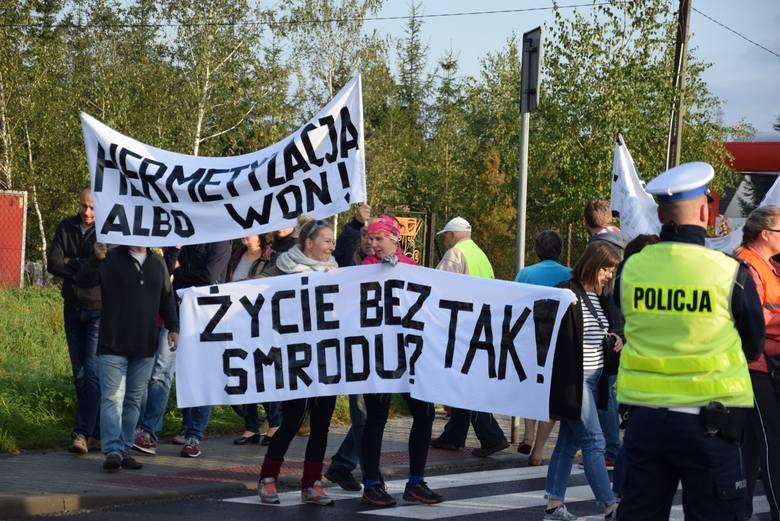 Protest w Skawinie. Dość smrodu - krzyczą mieszkańcy sprzeciwiając się dymiącym kominom i uciążliwemu fetorowi