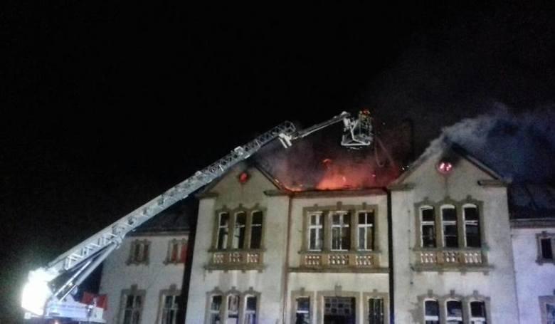 Policjanci z Czarnego zatrzymali 18-latka podejrzanego o podpalenie nieużytkowanego pałacu w powiecie człuchowskim. W nocy z poniedziałku na wtorek strażacy